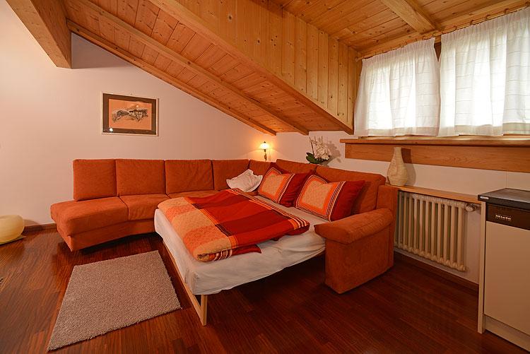 Appartamenti rezia nel centro di ortisei val gardena - Colore divano pavimento cotto ...